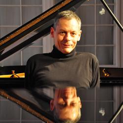 Johannes Maria Pokorny, Komponist romantischer Klaviermusik, neben Steinway im Aufnahmestudio